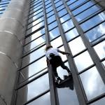 L'homme-araignée sur la tour Total